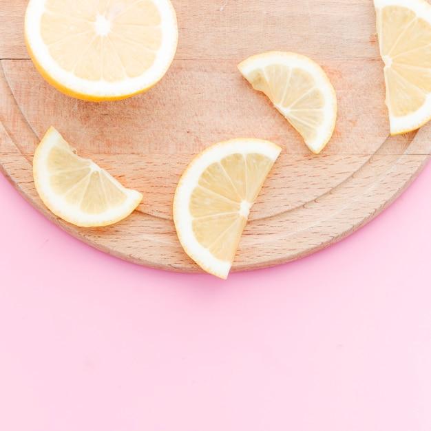 Tranches de citron sur une planche à découper Photo gratuit