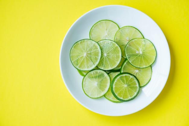 Tranches De Citron Vert Fraîchement Coupé Photo gratuit