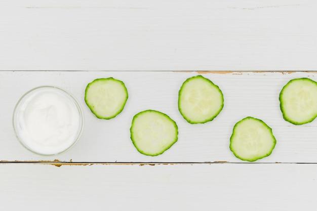Tranches de concombre à la crème de beauté Photo gratuit