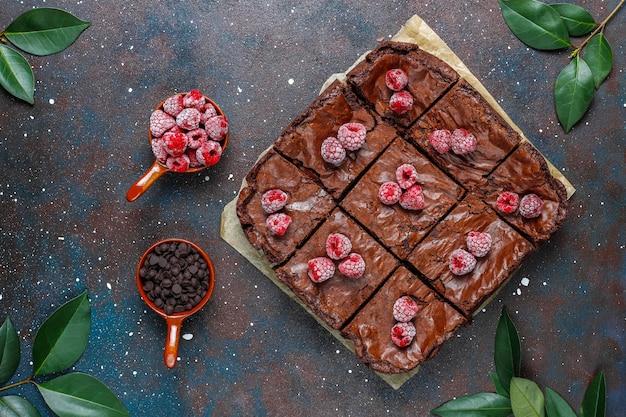 Tranches De Dessert Au Gâteau Brownie Au Chocolat Avec Framboises Et épices, Vue De Dessus Photo gratuit