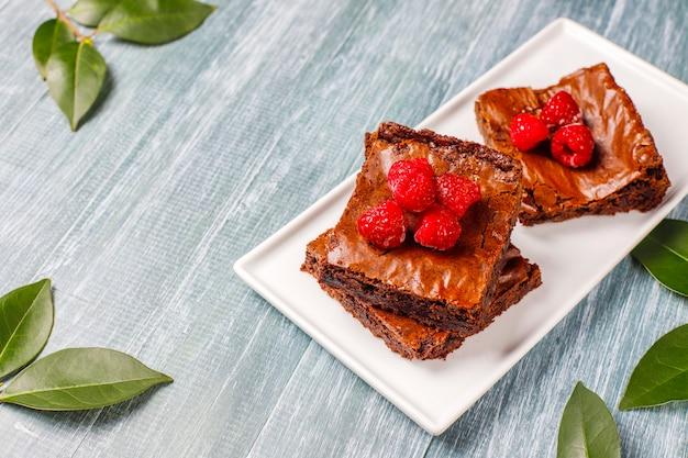 Tranches De Dessert Au Gâteau Brownie Au Chocolat Avec Framboises Et épices Photo gratuit