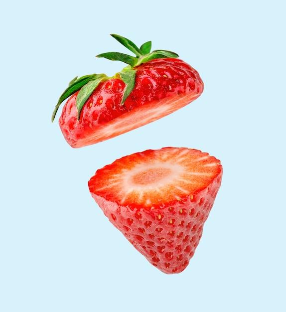 Tranches de fraises volant dans les airs Photo Premium
