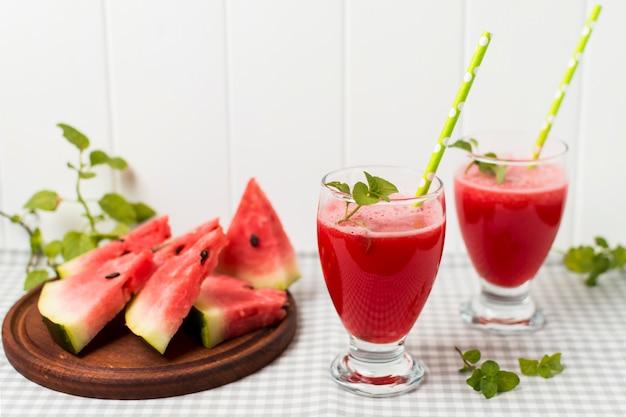 Tranches de fruits à bord et verres à cocktail sur serviette Photo gratuit