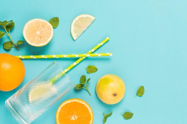 Tranches De Fruits Entre Les Herbes Et Le Verre Photo gratuit