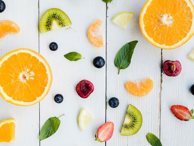 Tranches De Fruits Lumineux Tropicaux Frais Sur Fond En Bois Photo gratuit