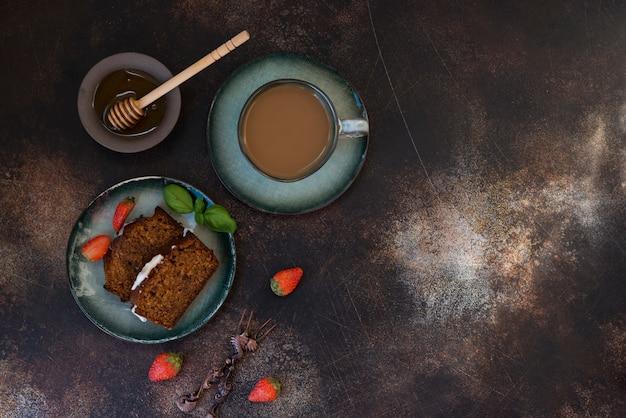 Tranches De Gâteau Au Miel Fait Maison Avec Du Café Photo Premium