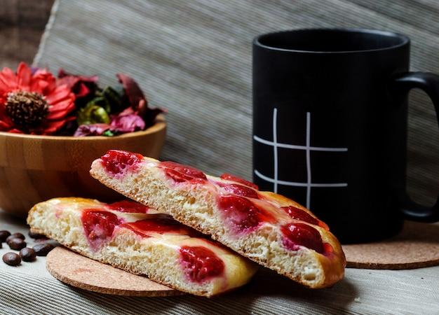 Tranches de gâteau aux cerises et tasse Photo gratuit
