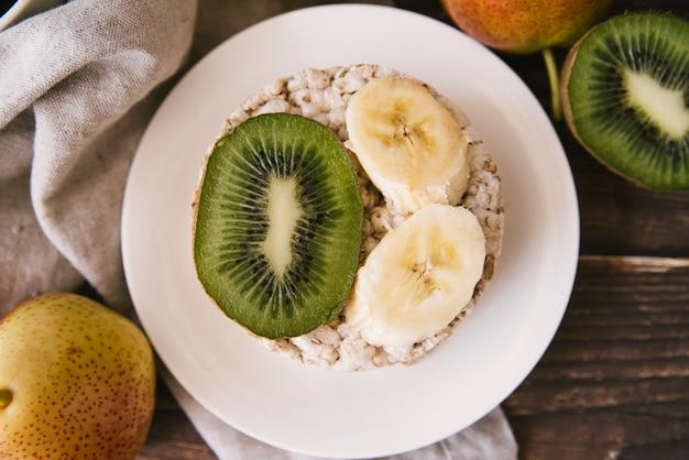Tranches de kiwi et de banane vue de dessus Photo gratuit