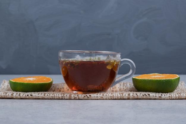 Tranches De Mandarines Et Tasse De Thé Noir Sur Table En Marbre. Photo De Haute Qualité Photo gratuit