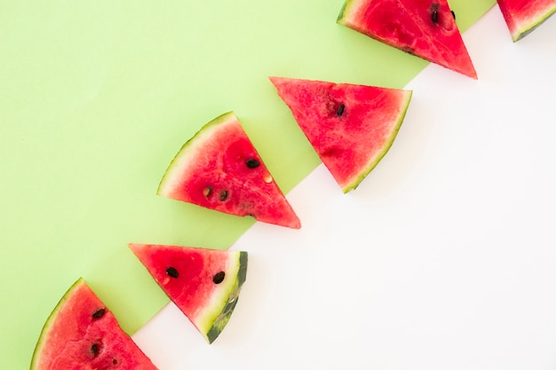 Tranches de melon d'eau de forme triangulaire sur double fond Photo gratuit