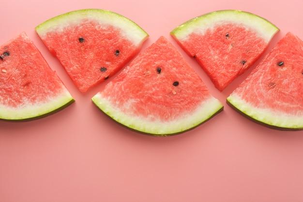 Tranches de melon d'eau isolé sur fond rose Photo Premium