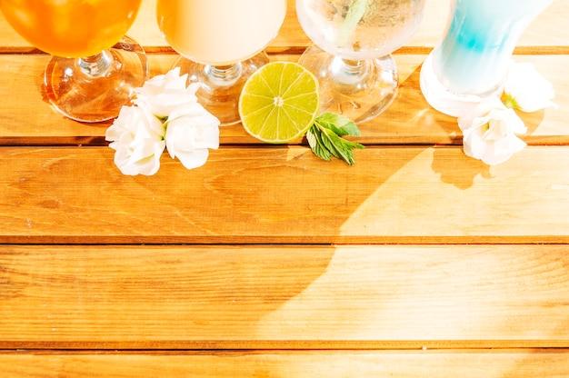 Tranches de menthe aux fleurs de citron et boissons lumineuses Photo gratuit