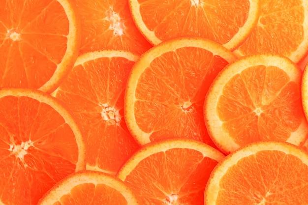 Tranches d'orange sur fond blanc. lay plat, vue de dessus. Photo Premium