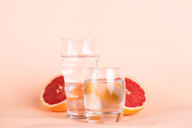 Tranches d'orange rouge avec des verres à eau Photo gratuit