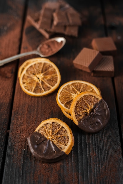 Tranches D'orange Séchées Au Chocolat Fondu Photo gratuit