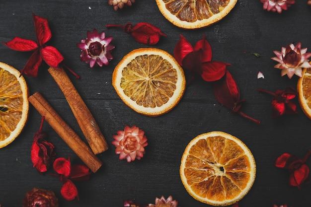 Tranches D'oranges, De Cannelle Et De Fleurs Photo gratuit
