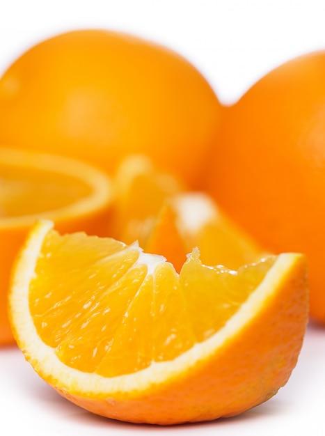 Tranches et oranges entières Photo gratuit