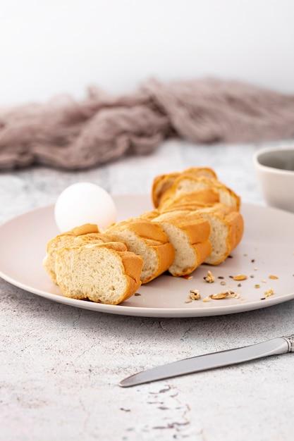 Tranches de pain cuit au four sur plaque Photo gratuit