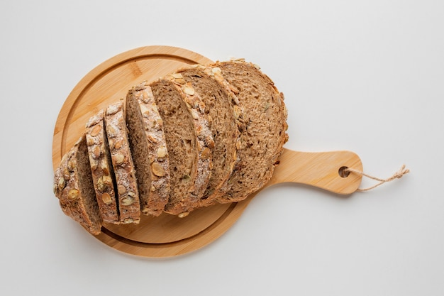 Tranches de pain sur planche de bois Photo gratuit