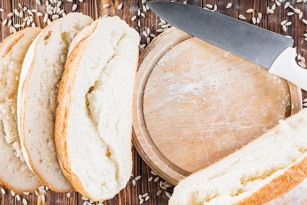 Tranches de pain et planche à découper avec couteau Photo gratuit