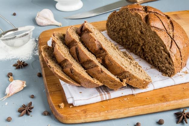 Tranches de pain de seigle sur une serviette sur la table avec des épices Photo gratuit