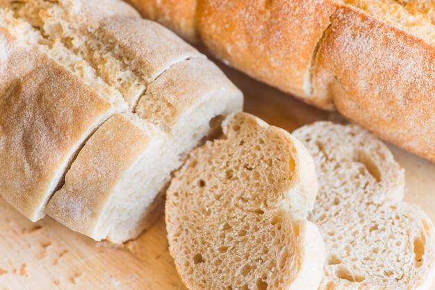 Tranches de pain sur une table en bois se bouchent Photo gratuit