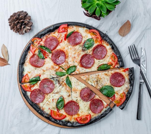 Tranches de pizza au pepperoni sur la table Photo gratuit