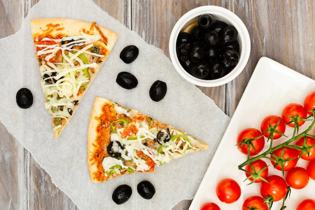 Tranches de pizza aux olives Photo gratuit