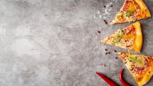 Tranches de pizza vue du dessus avec espace de copie Photo gratuit