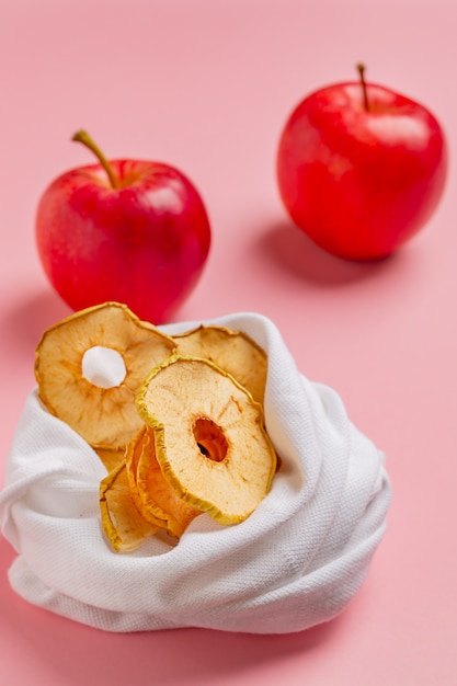 Tranches de pommes biologiques séchées au soleil faites maison Photo Premium