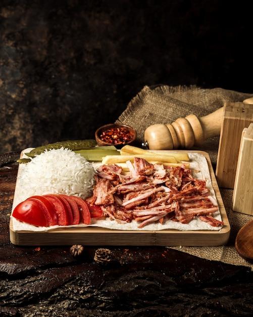 Tranches de poulet avec riz et tomates Photo gratuit