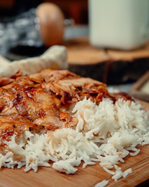Tranches de poulet rôti avec du riz Photo gratuit
