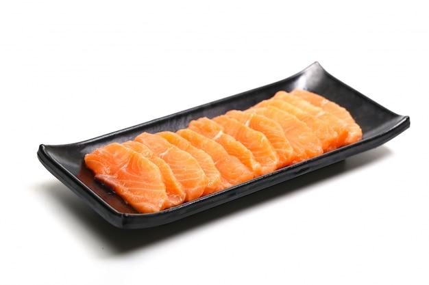 Tranches de saumon en plaque noire sur fond blanc Photo gratuit