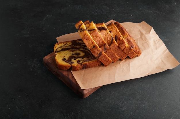 Tranches De Tarte Au Cacao Sur Une Planche De Bois. Photo gratuit
