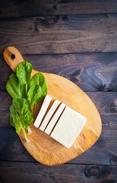 Tranches De Tofu Et D'épinards Crus Photo Premium