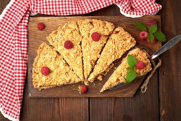 Tranches triangulaires de tarte crumble aux pommes Photo Premium