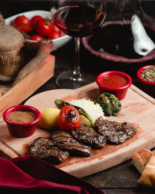 Tranches de viande rôtie aux légumes Photo gratuit