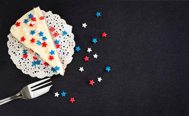Tranchez le gâteau au fromage new york nature sur une ardoise. Photo Premium
