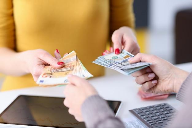 Transfert De Devises De Main En Main Sur Le Lieu De Travail. Concept D'échange Financier Photo Premium