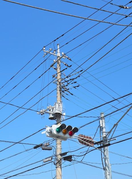 Transmission électrique élevée avec feux de circulation. Photo Premium