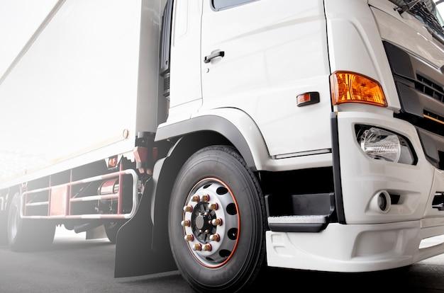 Transport de marchandises, parage de camions blancs. Photo Premium