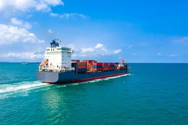 Transport Maritime De Conteneurs D'expédition Importation Et Exportation De Services Commerciaux Et Industriels Vue Aérienne Photo Premium