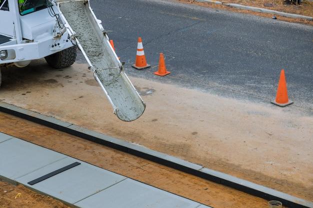 Transporteur De Camion Malaxeur De Ciment Avec Coulée De Béton. Photo Premium