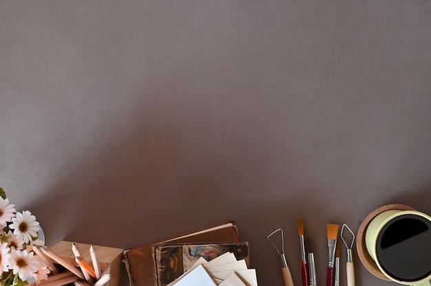 Travail de bureau vue de dessus, espace de travail, livres, café, décoration florale sur l'espace de copie de bureau. Photo Premium