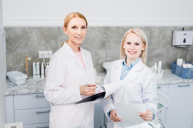 Travail Des Cliniciens Photo gratuit