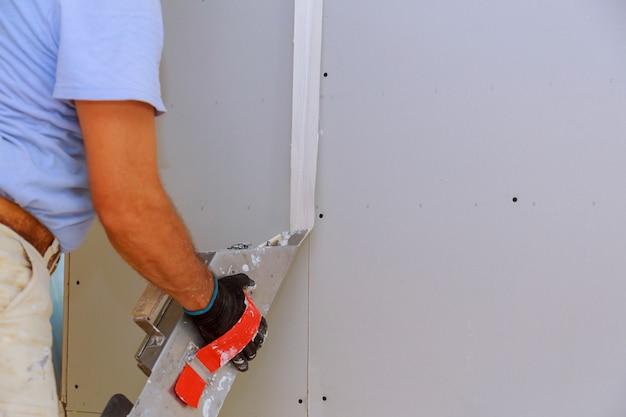 Le travail du travailleur s'aligne sur le mur de la spatule Photo Premium