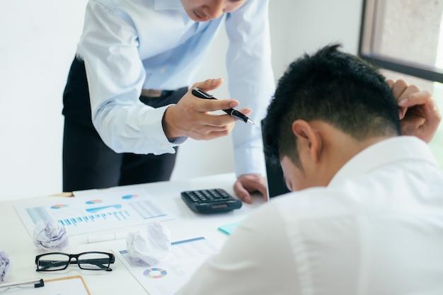 Travail d'équipe en affaires blâmant le partenaire et discussion sérieuse. Photo Premium