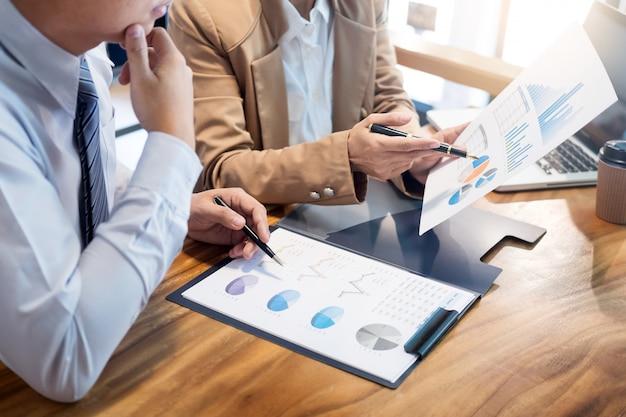 Travail en équipe démarrage du projet planification pour créer une excellente équipe de discussion réunion travaillant ensemble Photo Premium