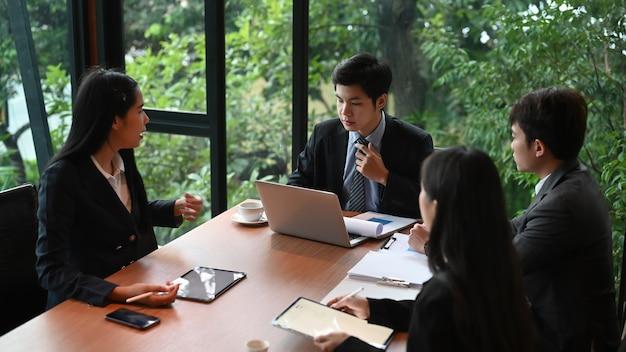 Travail D'équipe Avec Les Informations D'analyse Des Gens D'affaires Sur Le Bureau Dans La Salle De Réunion. Photo Premium