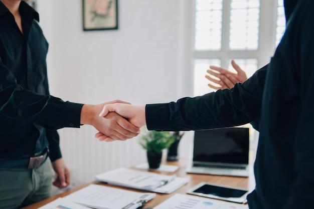 Travail d'équipe rejoindre les mains partenariat tiers, entreprise main dans la main et concept main shank Photo Premium